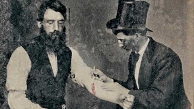 Un médico realiza una sangría en el siglo XIX