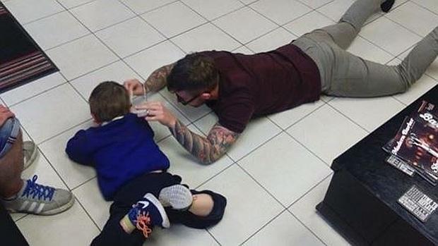 El increíble barbero que logró que un niño autista superase su miedo a cortarse el pelo