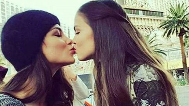 KAITLIN: Beso entre chicas