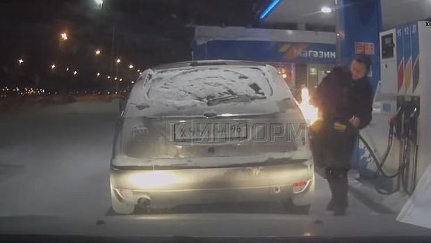 Las terribles consecuencias de jugar con cerillas en una gasolinera rusa arrasan en Youtube