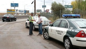 Podrías recibir una multa de 200 euros por conducir sin camiseta, descalzo o con calzado inapropiado