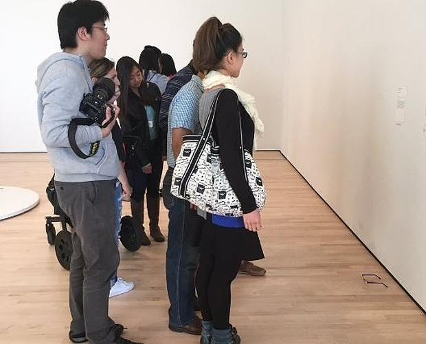 Ponen unas gafas en el suelo de un museo y los visitantes creen que es una obra de arte