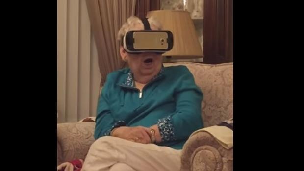 YouTube Una anciana prueba unas gafas de realidad virtual y termina aterrorizada