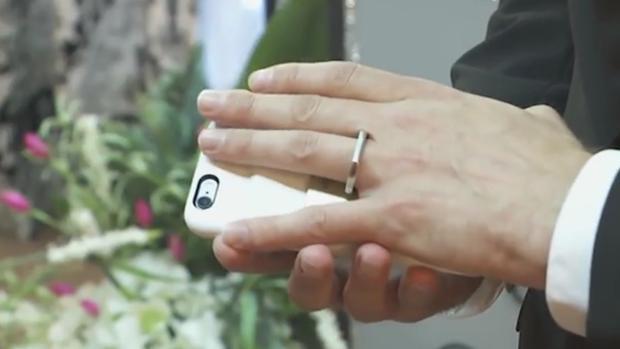 Un hombre se casa con su teléfono móvil en Las Vegas