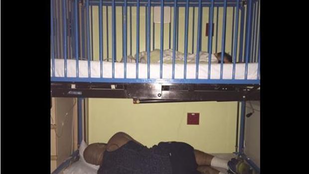 La foto de un padre durmiendo debajo de la cuna de su hijo en el hospital que se ha hecho viral - Canciones de cuna torrent ...