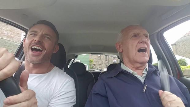 Facebook:  Un enfermo de Alzheimer recupera la vitalidad al cantar con su hijo en Facebook para recaudar dinero