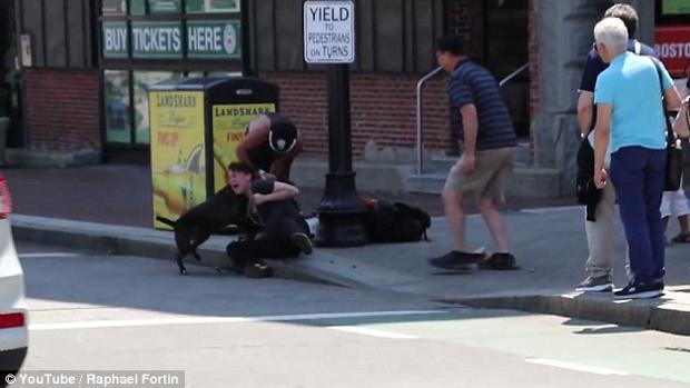 Imagen del vídeo de YouTube donde se ve el ataque