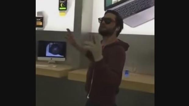 En un vídeo subido a Youtube se puede ver cómo los guardias de seguridad del centro comercial retienen al hombre hasta que llega la Policía
