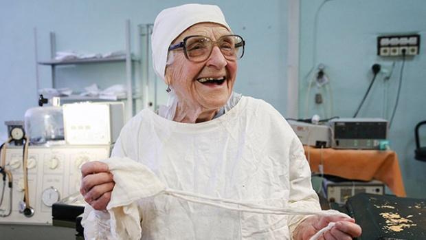 Alla, la cirujana de 89 años que lleva a cabo cuatro operaciones al día