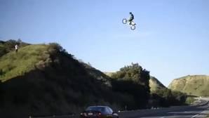 Youtube: El salto extremo de un motorista sobre una autovía en EE.UU. que desquicia a la Policía