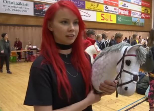 Vídeo de YouTube sobre el campeonato de hobby-horsing celebrado en Finlandia