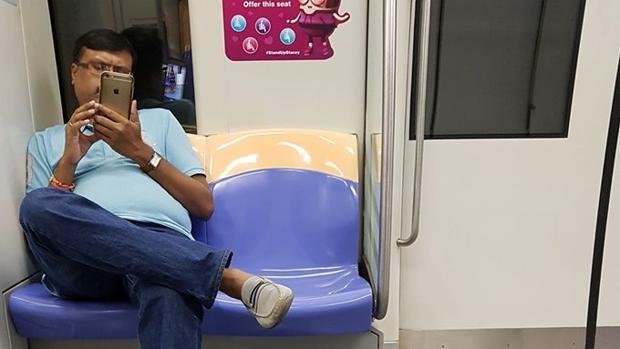 Momento en el que Suraj graba a la joven en el metro