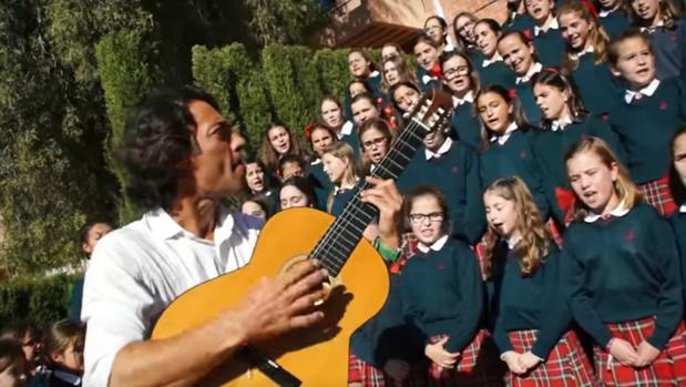 Óscar Quijano canta un villancico con los niños del colegio alicantino Altozano, un vidioclip que ya tiene miles de reproducciones en YouTube