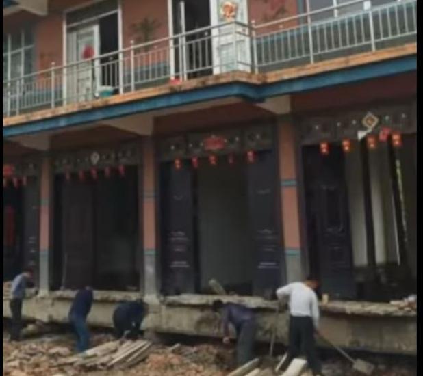 Fotograma del vídeo en que varios operarios desplazan la casa de Gao Yiping