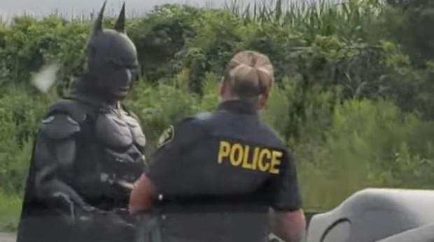 La Policía canadiense detiene a Batman mientras conducía su Batmóvil Batman-kIdB--620x349@abc