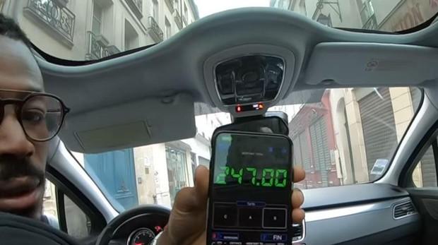 Imagen del conductor con el supuesto taxímetro que indica la cantidad de 247 euros por el trayecto