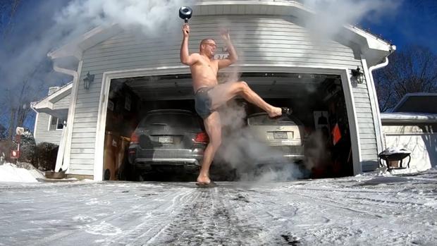 Un hombre se quema el gemelo durante el «reto del agua hirviendo»