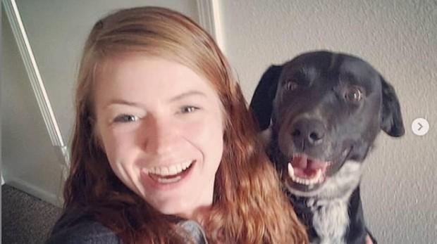 Mandy Horvarth junto a su perro