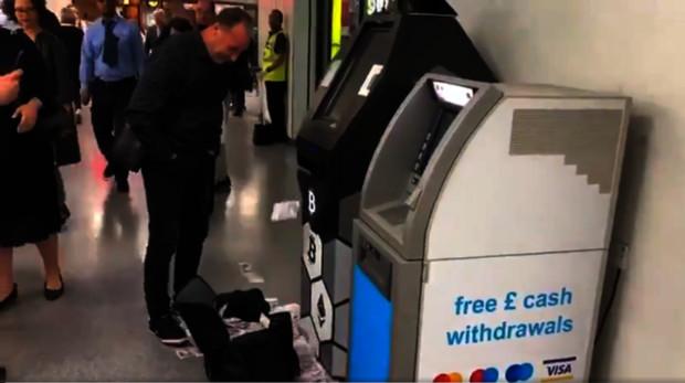 Un cajero de Londres escupe cientos de libras