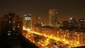 Calle iluminada en la noche de Madrid