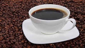 Seis o más tazas diarias de café reducen el riesgo de esclerosis múltiple