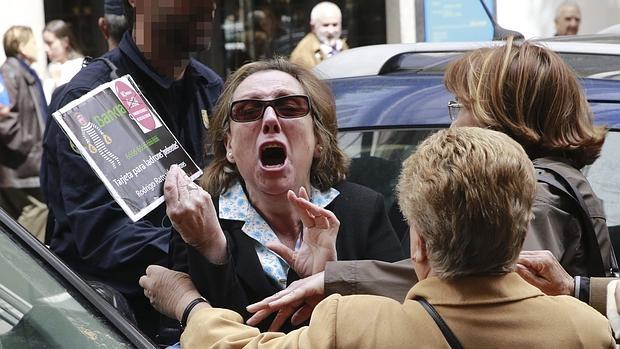 Un grupo de preferentistas protesta a las puertas de la Audiencia Nacional, en la declaración de un banquero imputado por el escándalo de las participaciones