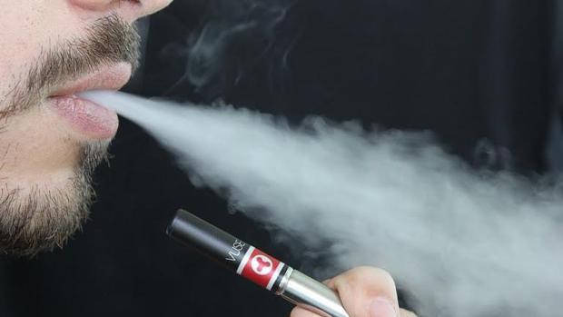 El vapor de los e-cigarrilos no es inocuo, sino tóxico