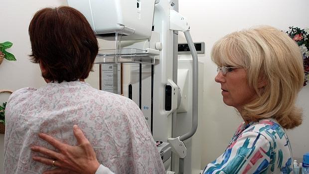Mujer haciéndose una mamografía