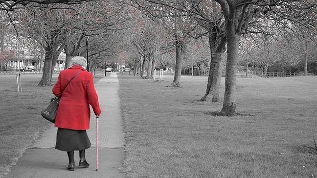 Anciana caminando