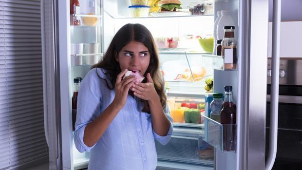 Comer con ansiedad y 'picotear' favorecen la obesidad