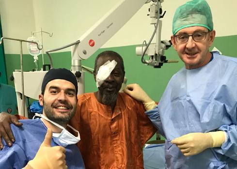 César Arias, y Tomás Parra, cirujano con un paciente tras haber sido intervenido de catarata.