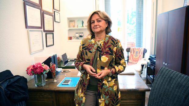 María Die Trill, psicooncóloga, en el despacho donde pasa consulta