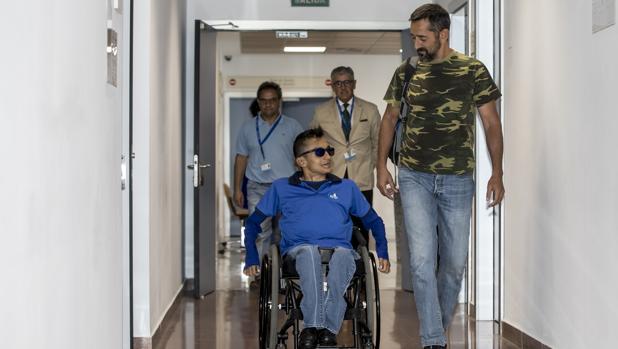 El doctor Cavadas, con el joven Wilmer Arias un paciente tetrapléjico, a quien liberó de estar postrado en una cama tras intervenirle en el hospital valenciano de Manises