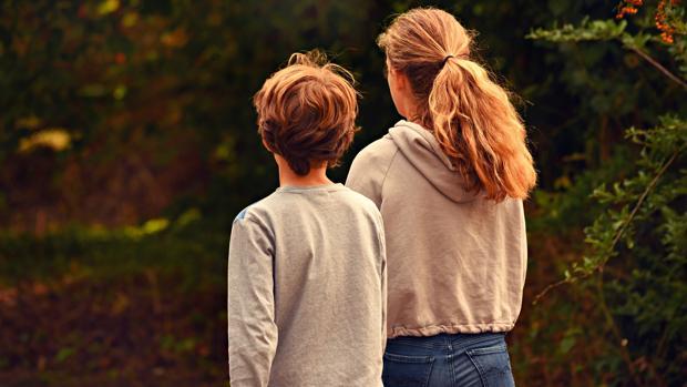 Las familias deberían vigilar a los hermanos menores según el estudio