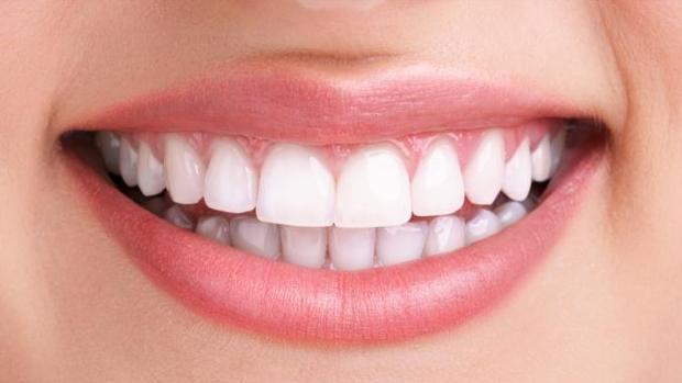 La OCU advierte que el carbón activado es muy abrasivo para los dientes