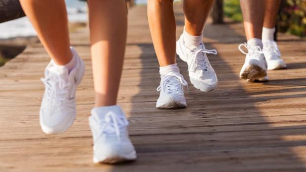 Caminar rápido alarga la vida, según un estudio
