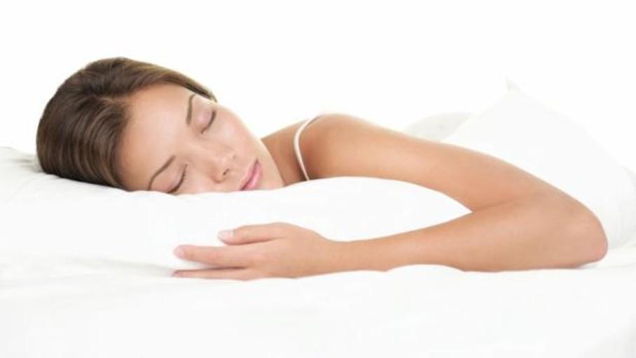 ¿Quieres dormir mejor esta noche? Sube la persiana y apaga el móvil