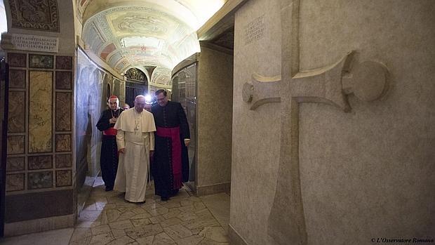Fotografía facilitada este 3 de noviembre que muestra al papa Francisco (c) tras el rezo por los sacerdotes fallecidos