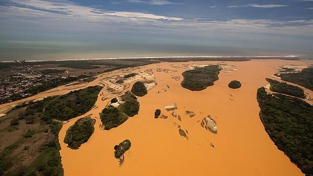 Desembocadura del río Doce en el Atlántico inundada por una riada de barro y residuos minerales, causada por la ruptura de un dique de la minera Samarco