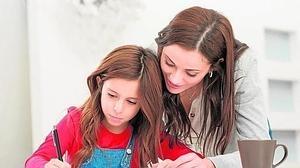 «Los padres no deben ayudar a sus hijos a hacer los deberes»