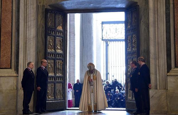 El Papa Francisco abre la Puerta Santa con motivo de la inauguración del Jubileo Extraordinario