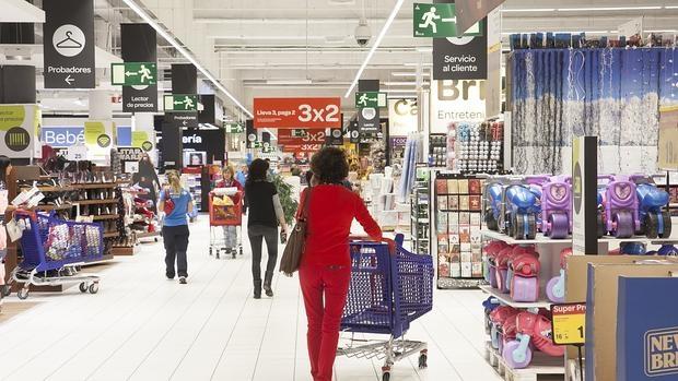 El empleado de un supermercado devuelve una mochila - Carro playa carrefour ...