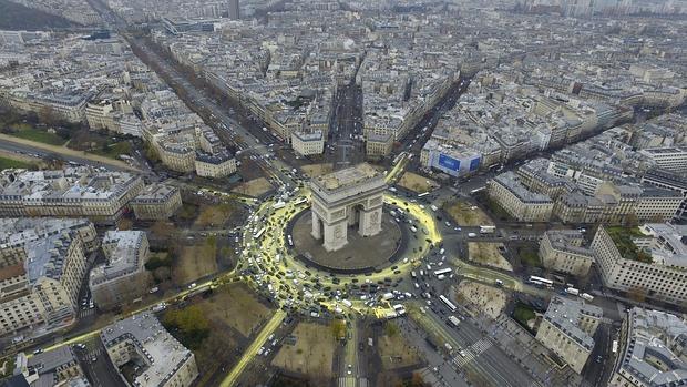 Fotografía facilitada por la organización Greenpeace que muestra una vista aérea del Arco del Triunfo donde se ha intentado pintar un sol en la plaza L'Etoile durante la celebración de la Conferencia sobre el Cambio Climático COP21 en París (Francia)