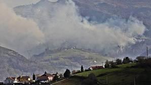Bomberos del Servicio de Emergencias del Principado de Asturias (SEPA), empresas forestales y agentes del Medio Rural. en labores de extinción los incendios que siguen activos en Asturias, donde el fuerte viento ha incrementado a 49 los fuegos