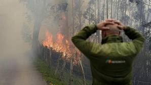 Uno de los incendios forestales en los montes próximos a la localidad cántabra de Viernoles.