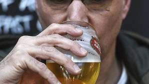 Un hombre se bebe una pinta en un pub en Londres, Reino Unido.