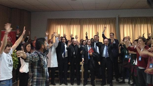 A la izquierda, los miembros de Scholas, a la derecha los jóvenes y en el centro las autoridades, entre ellos el arzobispo de Madrid durante la presentación en España de Scholas Ciudadanía, el programa del Papa Francisco