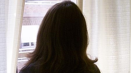 Una de las mujeres maltratadas, que aún tiene miedo de poner rostro a su testimonio