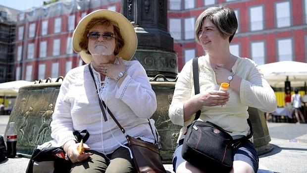 Dos turistas en la plaza Mayor de Madrid en julio de 2015, en plena ola de calor