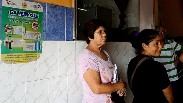 La alerta epidemiológica por el zika en 24 países del mundo ha abarrotado los hospitales públicos, como éste en Paraguay